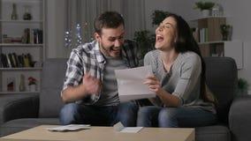 Συγκινημένο ζεύγος που λαμβάνει τις καλές ειδήσεις στην επιστολή απόθεμα βίντεο