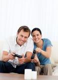 Συγκινημένο ζεύγος που παίζει τα τηλεοπτικά παιχνίδια από κοινού Στοκ εικόνες με δικαίωμα ελεύθερης χρήσης