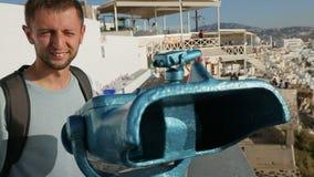 Συγκινημένο καταπληκτικό seascape ταξιδιωτικής εξέτασης μέσω των διοπτρών, που απολαμβάνουν τις διακοπές απόθεμα βίντεο