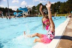 Συγκινημένο μικρό κορίτσι που κραυγάζει με τη χαρά στο aquapark Στοκ εικόνα με δικαίωμα ελεύθερης χρήσης