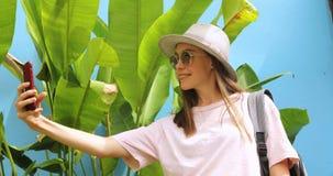 Συγκινημένο νέο θηλυκό στις διακοπές που παίρνουν selfie φιλμ μικρού μήκους