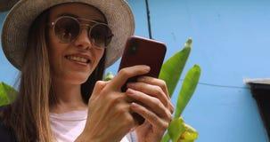 Συγκινημένο νέο θηλυκό στο smartphone χρήσεων διακοπών φιλμ μικρού μήκους