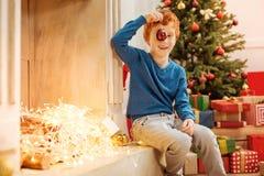 Συγκινημένο παιχνίδι αγοριών πιπεροριζών με τη διακοσμητική σφαίρα δίπλα στην εστία Στοκ Εικόνες