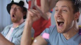 Συγκινημένο ποδοσφαιρικό παιχνίδι προσοχής ατόμων μαζί, φυσώντας το κέρατο ανεμιστήρων, γιορτάζοντας το στόχο απόθεμα βίντεο