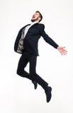 Συγκινημένο συνεπαρμένο ευτυχές νέο επιχειρησιακό άτομο που πηδά και που φωνάζει στοκ φωτογραφία