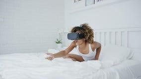 Συγκινημένο τυχερό παιχνίδι γυναικών στα γυαλιά VR απόθεμα βίντεο