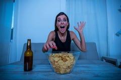 Συγκλονισμένη γυναίκα που προσέχει τη TV Στοκ φωτογραφία με δικαίωμα ελεύθερης χρήσης