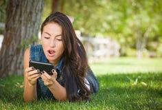 Συγκλονισμένη μικτή φυλή νέο θηλυκό Texting στο τηλέφωνο κυττάρων της έξω στοκ φωτογραφία με δικαίωμα ελεύθερης χρήσης