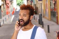 Συγκλονισμένος νεαρός άνδρας στο τηλέφωνο Στοκ φωτογραφίες με δικαίωμα ελεύθερης χρήσης