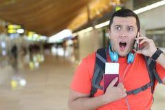 Συγκλονισμένος ταξιδιώτης που παίρνει ένα απροσδόκητο τηλεφώνημα στοκ εικόνες με δικαίωμα ελεύθερης χρήσης