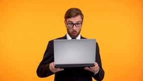 Συγκλονισμένο άτομο που εξετάζει με την κατάπληξη τον υπολογιστή, υψηλό επιτόκιο, φόροι στοκ εικόνες με δικαίωμα ελεύθερης χρήσης