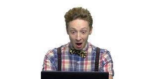Συγκλονισμένο αγόρι εφήβων στο άσπρο υπόβαθρο απόθεμα βίντεο