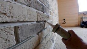 Συγκολλητικές ενώσεις, που κολλούν τη διακοσμητική πέτρα στον τοίχο, για το σχέδιο τοίχων απόθεμα βίντεο