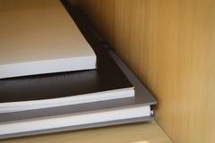 Συγκολλητικές σημειώσεις με τα βιβλία στον ξύλινο πίνακα Στοκ Εικόνα