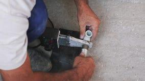 Συγκολλώντας σίδηρος για τον πλαστικό σωλήνα σωλήνων Υδραυλικός που συγκολλά τον πλαστικό σωλήνα Έννοια κατασκευής απόθεμα βίντεο