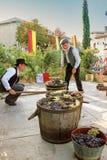Συγκομίζοντας σταφύλια: φεστιβάλ της συγκομιδής σταφυλιών στο chusclan vil Στοκ Φωτογραφίες