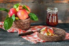 Συγκομιδή των μήλων στο καλάθι που προετοιμάζεται για να μαγειρεψει τη μαρμελάδα το φθινόπωρο στον πίνακα αγροτικός Στοκ φωτογραφία με δικαίωμα ελεύθερης χρήσης