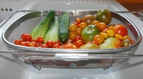 Συγκομιδή ντοματών και αγγουριών στο νεροχύτη κουζινών Στοκ εικόνες με δικαίωμα ελεύθερης χρήσης