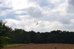 Συγκομιδή που ξεσκονίζει το αεροπλάνο που ξεσκονίζει τον τομέα Στοκ Εικόνα