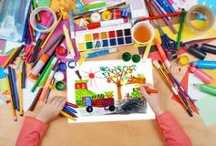Συγκομιδή συγκομιδής σχεδίων παιδιών στο χωριό, τοπ χέρια άποψης με την εικόνα ζωγραφικής μολυβιών σε χαρτί, εργασιακός χώρος έργ Στοκ Φωτογραφία