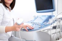 Συγκομιδή της ινκόγκνιτο επαγγελματικής νοσοκόμας που χρησιμοποιεί τον εξοπλισμό υπερήχου Στοκ Εικόνες