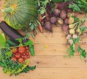 Συγκομιδή των φρέσκων λαχανικών στο ξύλινο υπόβαθρο Τοπ όψη Πατάτες, καρότο, κολοκύνθη, μπιζέλια, ντομάτες Στοκ Φωτογραφίες