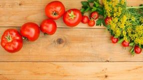 Συγκομιδή των φρέσκων λαχανικών στο ξύλινο υπόβαθρο Τοπ όψη Πατάτες, καρότο, κολοκύνθη, μπιζέλια, ντομάτες Στοκ εικόνες με δικαίωμα ελεύθερης χρήσης