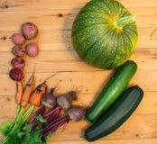 Συγκομιδή των φρέσκων λαχανικών στο ξύλινο υπόβαθρο Τοπ όψη Πατάτες, καρότο, κολοκύνθη, μπιζέλια, ντομάτες Στοκ φωτογραφίες με δικαίωμα ελεύθερης χρήσης