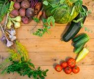 Συγκομιδή των φρέσκων λαχανικών στο ξύλινο υπόβαθρο Τοπ όψη Πατάτες, καρότο, κολοκύνθη, μπιζέλια, ντομάτες Στοκ εικόνα με δικαίωμα ελεύθερης χρήσης