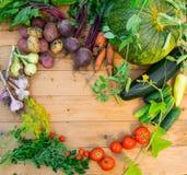 Συγκομιδή των φρέσκων λαχανικών στο ξύλινο υπόβαθρο Τοπ όψη Πατάτες, καρότο, κολοκύνθη, μπιζέλια, ντομάτες Στοκ φωτογραφία με δικαίωμα ελεύθερης χρήσης