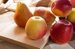 Συγκομιδή φθινοπώρου των μήλων και των αχλαδιών Στοκ Εικόνες