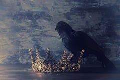 συγκρατημένη εικόνα της όμορφης κορώνας βασίλισσας/βασιλιάδων και του μαύρου κόρακα μεσαιωνική περίοδος φαντασίας Εκλεκτική εστία Στοκ Εικόνες