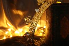 συγκρατημένη εικόνα της όμορφης κορώνας βασίλισσας/βασιλιάδων στο παλαιό βιβλίο μεσαιωνική περίοδος φαντασίας Στοκ Εικόνα