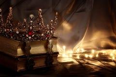 συγκρατημένη εικόνα της όμορφης κορώνας βασίλισσας/βασιλιάδων στο παλαιό βιβλίο μεσαιωνική περίοδος φαντασίας Στοκ φωτογραφία με δικαίωμα ελεύθερης χρήσης
