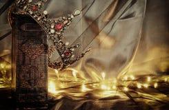 συγκρατημένη εικόνα της όμορφης κορώνας βασίλισσας/βασιλιάδων στο παλαιό βιβλίο μεσαιωνική περίοδος φαντασίας Στοκ εικόνες με δικαίωμα ελεύθερης χρήσης
