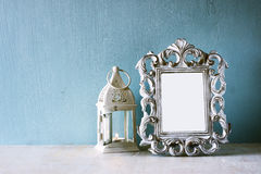 Συγκρατημένη εικόνα του εκλεκτής ποιότητας παλαιών κλασσικών πλαισίου και του φαναριού στον ξύλινο πίνακα Φιλτραρισμένη εικόνα Στοκ Εικόνες