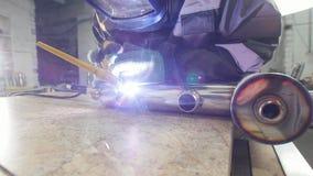 Συγκόλληση μικροϋπολογιστών Εργαζόμενο άτομο στον ηλεκτρο εξοπλισμό χάραξης σπινθήρων χρήσης μασκών για το αυλάκι μετάλλων καρβιδ απόθεμα βίντεο