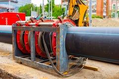 Συγκόλληση σωλήνων PE για τη σύνδεση του υδροσωλήνα στις εγκαταστάσεις στοκ φωτογραφία με δικαίωμα ελεύθερης χρήσης