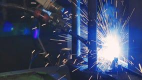 Συγκόλληση εργοστασίων Βιομηχανικός βραχίονας ρομπότ Κινηματογράφηση σε πρώτο πλάνο φιλμ μικρού μήκους