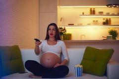 Συγκλονίζοντας κινηματογράφος προσοχής εγκύων γυναικών στο σπίτι μόνο Στοκ εικόνες με δικαίωμα ελεύθερης χρήσης