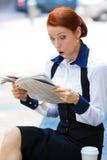 Συγκλονισμένη εφημερίδα ανάγνωσης επιχειρηματιών στοκ φωτογραφία με δικαίωμα ελεύθερης χρήσης