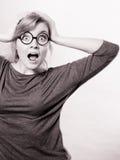 Συγκλονισμένη κυρία που εκφράζει το δέο στοκ εικόνα