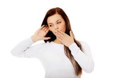 Συγκλονισμένη νέα γυναίκα που κρυφακούει μια συνομιλία Στοκ Εικόνα
