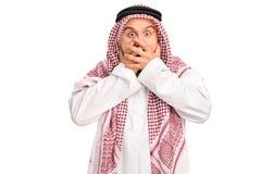 Συγκλονισμένος Άραβας που καλύπτει το στόμα του Στοκ Φωτογραφία