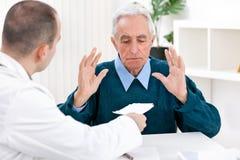 Συγκλονισμένος ασθενής με τη συνταγή στοκ εικόνες