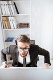 Συγκλονισμένος γενειοφόρος επιχειρηματίας που εξετάζει τον υπολογιστή Στοκ εικόνες με δικαίωμα ελεύθερης χρήσης