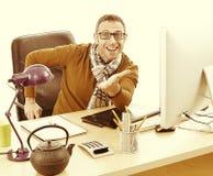 Συγκλονισμένος γραφικός σχεδιαστής για την ευτυχία γραφείων και το εταιρικό wellness Στοκ φωτογραφίες με δικαίωμα ελεύθερης χρήσης