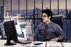 Συγκλονισμένος επιχειρηματίας με το εικονικό διάγραμμα Στοκ Φωτογραφία
