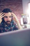 Συγκλονισμένος επιχειρηματίας με το κεφάλι διαθέσιμο Στοκ εικόνα με δικαίωμα ελεύθερης χρήσης