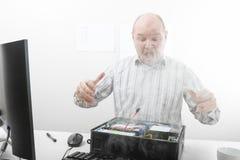 Συγκλονισμένος επιχειρηματίας που εξετάζει τον καπνό που προέρχεται από τον υπολογιστή CH Στοκ Εικόνα